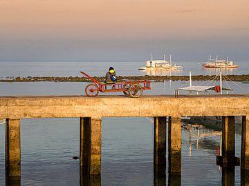 Zittend op de pier van de haven van Malapascua in de Filipijnen van Rik Pijnenburg