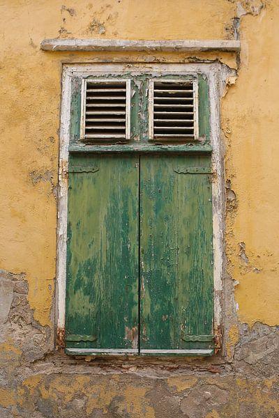 groen raam in oud gebouw van Frans Versteden