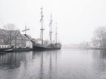 Haarlem: Tallship de Soeverijn bij mist. van Olaf Kramer