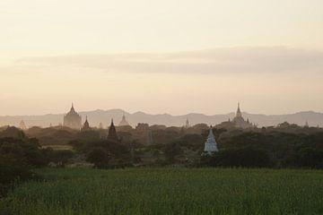 Zonsondergang Bagan, Myanmar van Johannes Grandmontagne