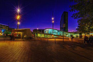 Het centraal station van Arnhem tijdens het blauwe uur van Bart Ros