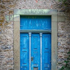 Die blaue Tür von Uwe Ulrich Grün