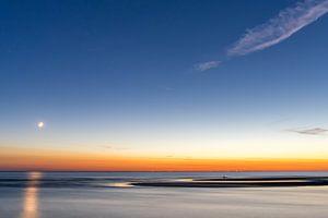 Maanondergang Katwijk aan Zee (NL) van Paul van der Zwan