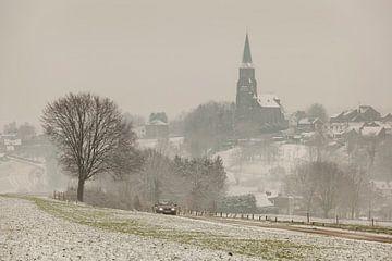 Kerkdorp Vijlen in de sneeuw en mist gehuld von John Kreukniet