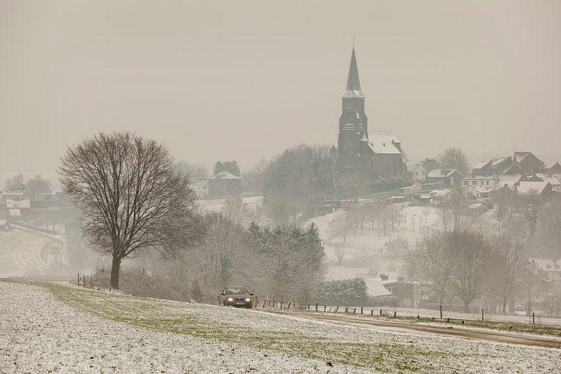 Kerkdorp Vijlen in de sneeuw en mist gehuld van John Kreukniet