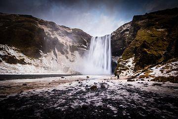 Skogafoss waterval in IJsland von Marcel Alsemgeest