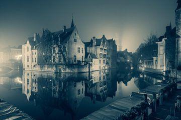 Der Rozenhoedkaai bei Nacht: Der berühmteste Platz von Brügge (Monochrom) von Daan Duvillier