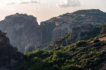 Kloosters hoog op de berg in Meteora Griekenland van Sander de jong