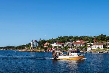 Huizen op een archipel-eiland voor de stad Arendal in Noorwegen. van Rico Ködder