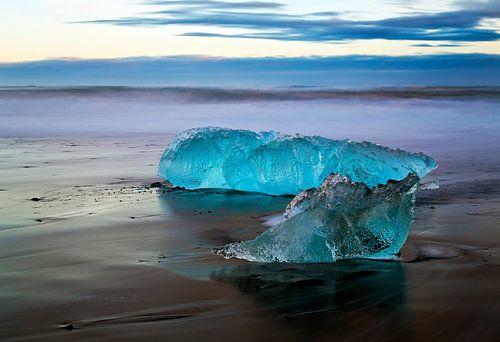 IJsblokken op het strand van Anton de Zeeuw