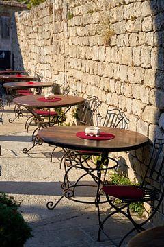 Tafels van een restaurant in de oude stad van Krk