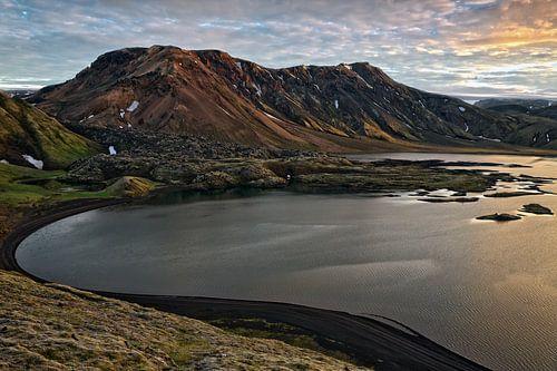 Zonsondergang over een bergmeer van