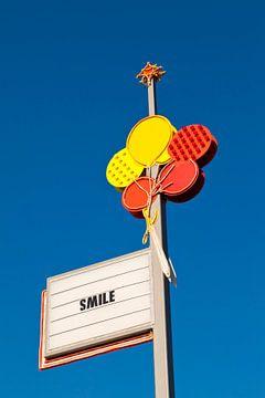 SMILE bij een supermarkt in Engeland van Werner Dieterich
