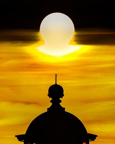 Top van de vuurtoren van Stavoren en zonsondergang van Harrie Muis