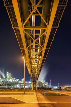 Massive pijpleiding viaduct, uitzicht op de petrochemische industrie in de nacht van Tony Vingerhoets