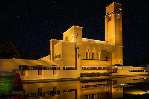 Raadhuis Hilversum in de avond met heldere hemel