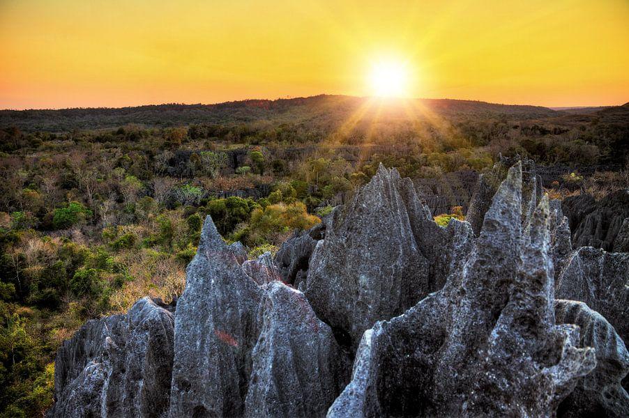 Tsingy rotsen zonsondergang van Dennis van de Water