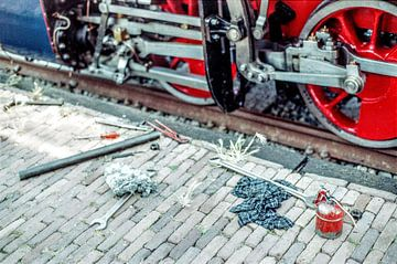 Oliekan en moersleutels op perron voor Stoomtrein I Noord-Holland I Vintage kleurenprint van Floris Trapman