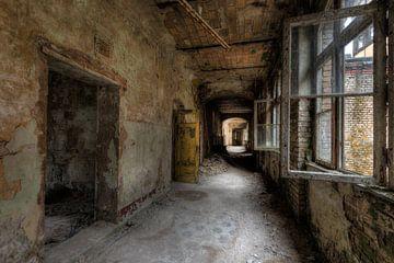 Korridor mit offenen Fenstern von Perry Wiertz