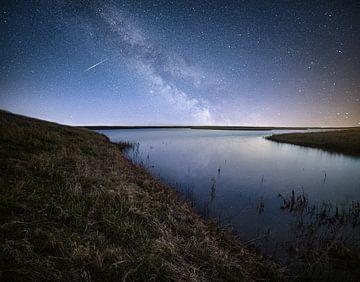 Milchstraße und Sternschnuppe. von Corné Ouwehand