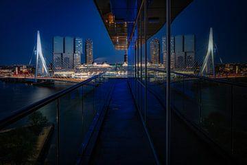 De reflectie van Rotterdam von Roy Poots