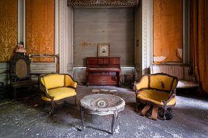 Verlassenes Klavier im Wohnzimmer.