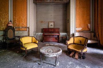 Verlaten Piano in Woonkamer. van Roman Robroek