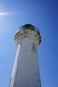 Weißen Leuchtturm und blauem Himmel von Sandra van der Burg
