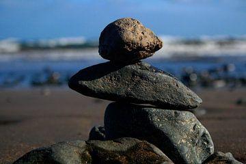 gestapelde stenen met de prachtige zee erachter. van Thomas Kaltofen