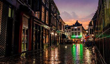 Regenachtige avond in de Torenstraat te Breda van Floris Oosterveld