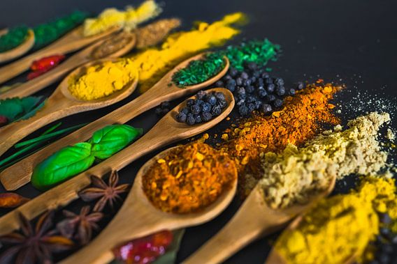 kruiden en specerijen op pollepels, herbs and spices on wooden spoons