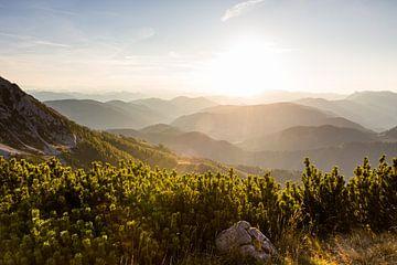 Sonnenuntergang über Dutzenden von Berggipfeln von Coen Weesjes