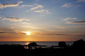 Sonnenuntergang am Strand Bretagne von Sandra van der Burg