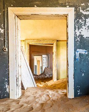 Offene Türen in einem verlassenen Haus in der Wüste von OCEANVOLTA