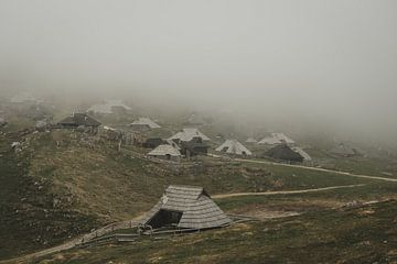 Mist over bergdorp van Paulien van der Werf