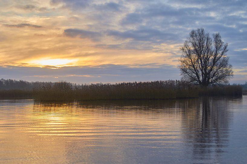 zonsopkomst op water van Ferry Kalthof