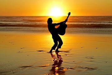 Gitarrenspieler am Strand bei Sonnenuntergang von Nisangha Masselink