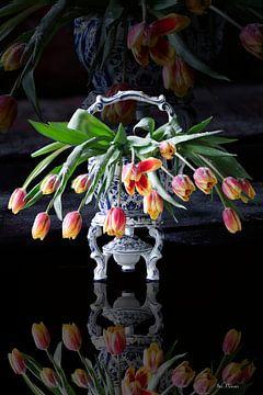 Niederländische Stilleben-Vase mit Tulpen von ina kleiman