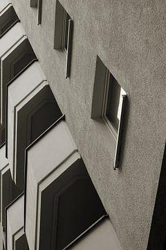 Fassade eines Hauses aus Beton in der Innenstadt von Magdeburg von Heiko Kueverling