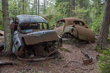 Auto kerkhof in bos in Ryd, Zweden van Joost Adriaanse