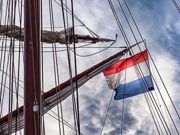 Die niederländische Flagge im Mast eines Segelschiffes von Luc de Zeeuw