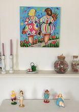 Klantfoto: Dames hand in hand van Vrolijk Schilderij, op canvas