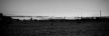 Avondzicht op Amsterdam vanaf het IJ (Zwart Wit) van Dirk Huckriede