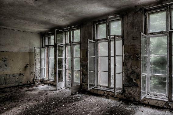 Fenster in einem verfallenen Russischen Krankenhaus (Farbe)