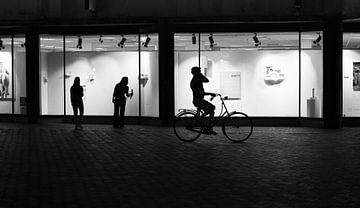 Silhouet van fietsende man in Utrecht van Bart van Lier