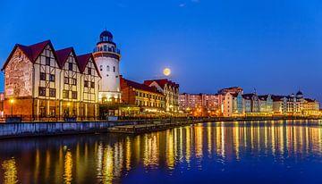 Volle Maan over Fischdorf, Kaliningrad, Rusland van Adelheid Smitt