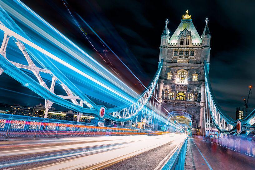Tower bridge lichtstrepen van Roy Poots
