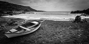 Vissersbootje op het strand van