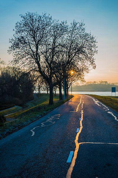 Sonne scheint auf nasser Straße von Fred Leeflang