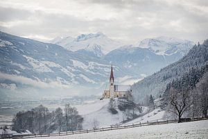 Kerk in de Alpen in de sneeuw